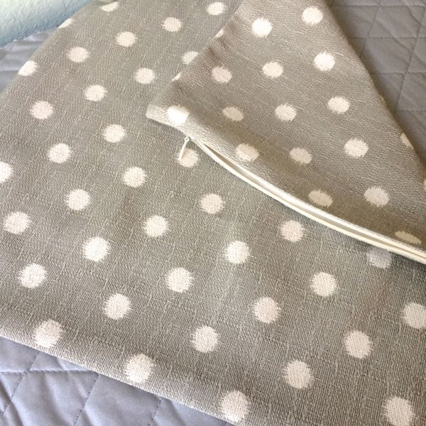 Make a pillow cover with an invisible zipper (no pins needed!) - Stop staring and start sewing! & Make a pillow cover with an invisible zipper (no pins needed ... pillowsntoast.com